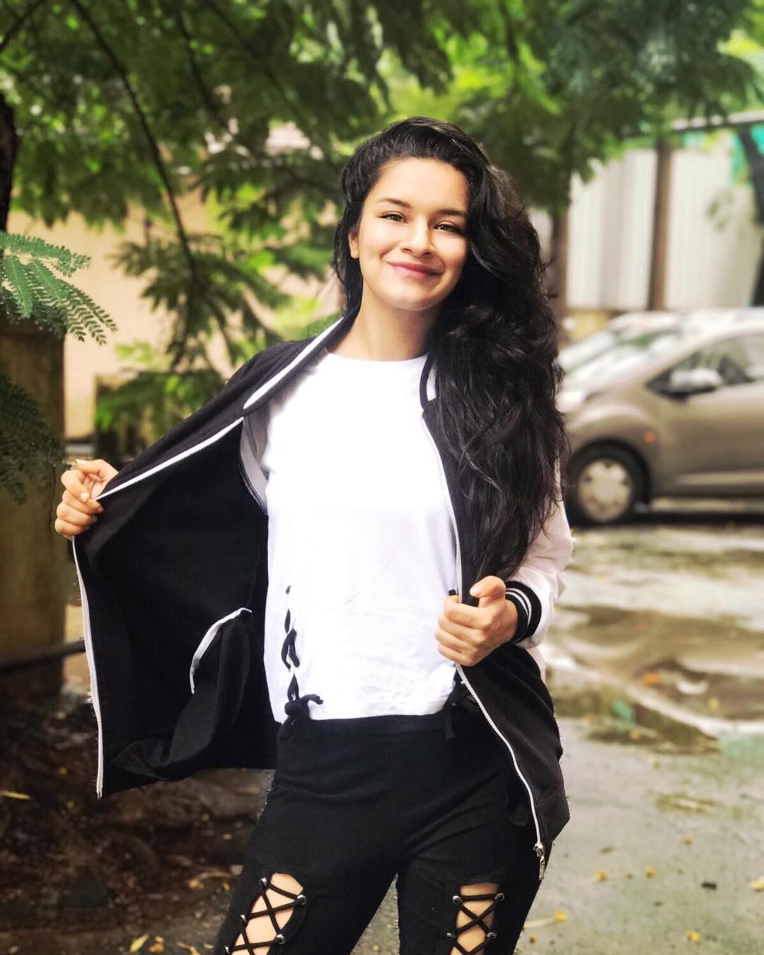 How to contact Avneet Kaur?